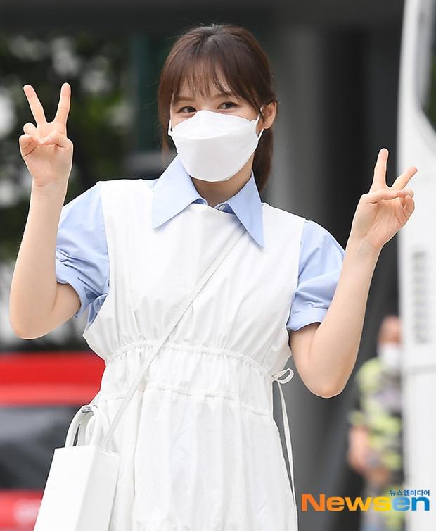 """Màn đọ sắc của dàn mỹ nhân Kpop đi làm: Wendy (Red Velvet) trắng bật tông, nữ thần lai Somi nhà YG như búp bê sống át cả """"thánh body"""" - Ảnh 7."""