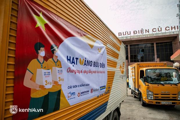 Ảnh: Người nghèo, khuyết tật ở Sài Gòn bật khóc khi được phát gạo miễn phí tại bưu điện - Ảnh 2.