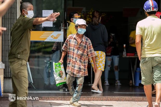Ảnh: Người nghèo, khuyết tật ở Sài Gòn bật khóc khi được phát gạo miễn phí tại bưu điện - Ảnh 4.