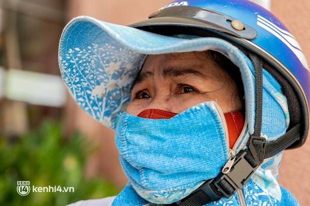 Ảnh: Người nghèo, khuyết tật ở Sài Gòn bật khóc khi được phát gạo miễn phí tại bưu điện - Ảnh 7.