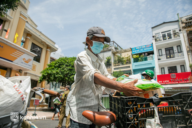 Ảnh: Người nghèo, khuyết tật ở Sài Gòn bật khóc khi được phát gạo miễn phí tại bưu điện - Ảnh 9.