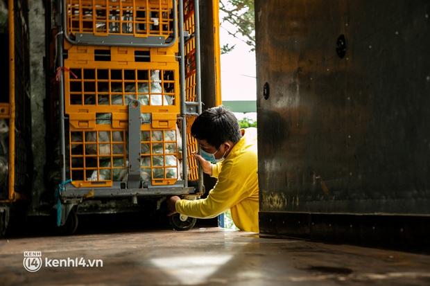 Ảnh: Người nghèo, khuyết tật ở Sài Gòn bật khóc khi được phát gạo miễn phí tại bưu điện - Ảnh 10.