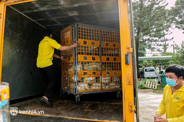 Ảnh: Người nghèo, khuyết tật ở Sài Gòn bật khóc khi được phát gạo miễn phí tại bưu điện - Ảnh 11.