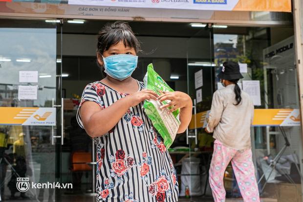 Ảnh: Người nghèo, khuyết tật ở Sài Gòn bật khóc khi được phát gạo miễn phí tại bưu điện - Ảnh 12.