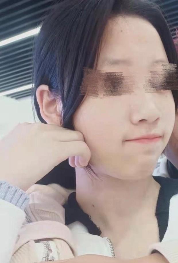 Vừa xinh đẹp lại hát hay, hoa khôi 13 tuổi của quán karaoke khiến các nữ đồng nghiệp đỏ mắt ghen tị, liên thủ lập mưu hại đời cô bé - Ảnh 2.