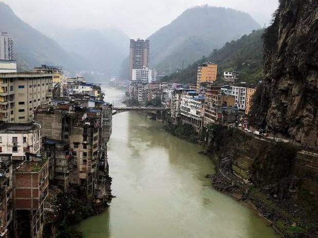 Clip: Cận cảnh thành phố hẹp nhất thế giới, kiến trúc độc đáo khiến ai cũng khen lạ nhưng bảo ở thì chẳng ai muốn - Ảnh 2.