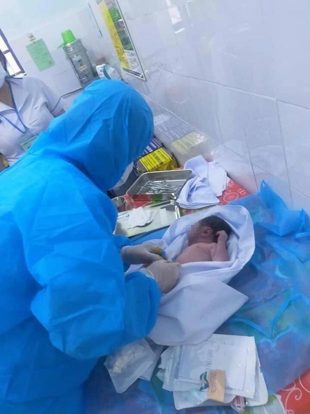 Nghệ An: Bé gái sơ sinh bị bỏ rơi trước cổng nhà dân trong tình trạng nguy kịch - Ảnh 1.