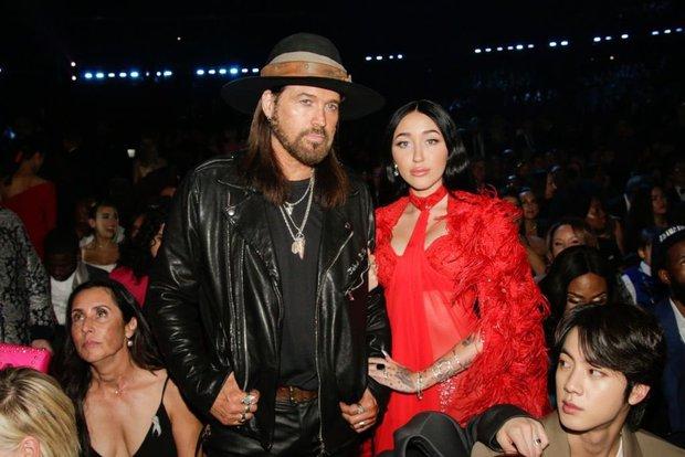 Gia đình Miley Cyrus khoe sắc ở Grammy, nam idol Hàn vô tình ké ảnh mà giật spotlight: Vòng 1 ngồn ngộn phải chào thua visual nam thần! - Ảnh 3.