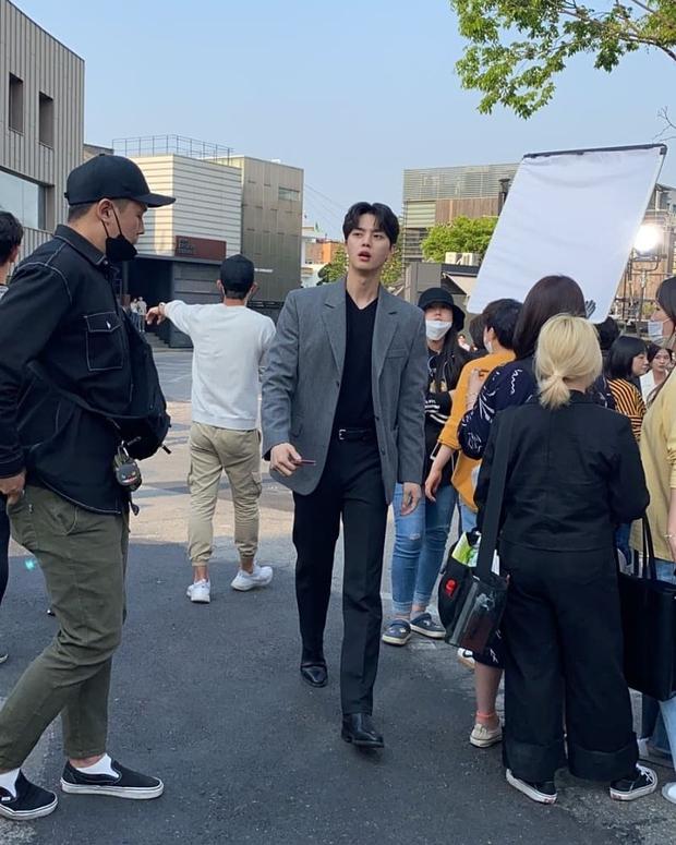 Thử chụp lén dàn tài tử Hàn: Hyun Bin khí chất nghẹt thở, Lee Min Ho chân siêu dài, Lee Dong Wook - Park Seo Joon đẹp điên lên - Ảnh 12.