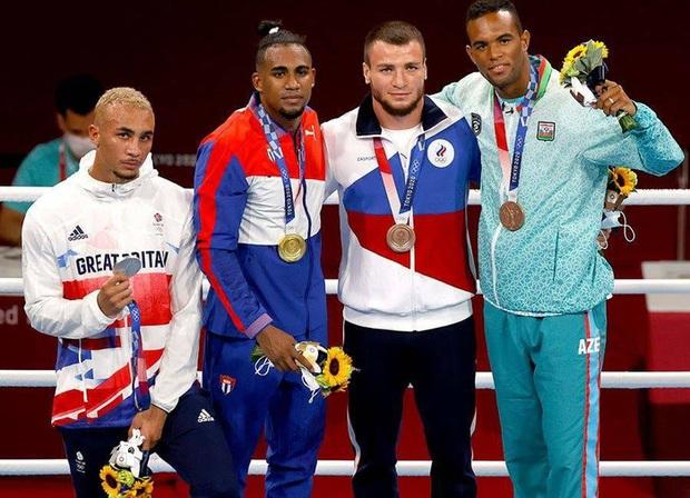 Võ sĩ vô cảm, không thèm đeo huy chương bởi chỉ về nhì tại Olympic, hành động khiến dân tình tranh cãi dữ dội - Ảnh 1.