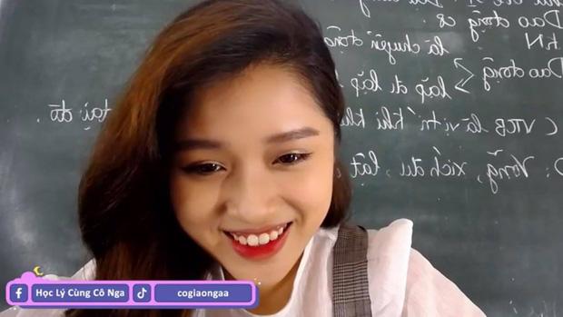 Xuất hiện thêm cô giáo Vật lý xinh như hotgirl livestream dạy học, có 1 điểm ăn đứt cô Minh Thu - Ảnh 2.