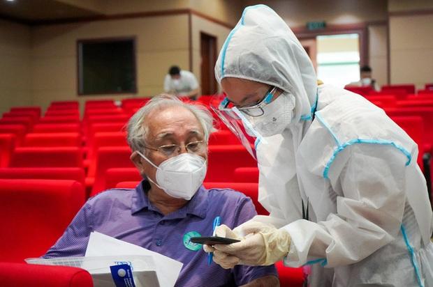 BS Bệnh viện Đại học Y dược TP.HCM khuyến cáo: 2 nhóm người không nên tiêm vắc xin Covid-19 Moderna - Ảnh 1.