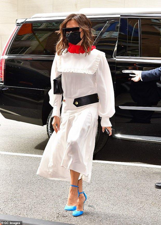 Victoria Beckham xúng xính diện váy 46 triệu đồng xuống phố nhưng lại bị netizen nhận xét giống... Annabelle - Ảnh 3.