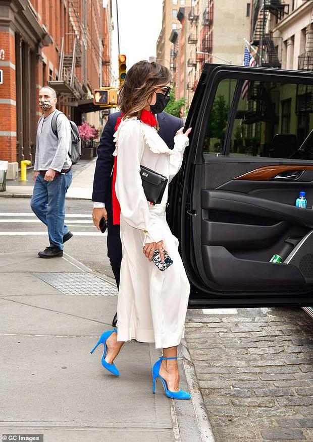 Victoria Beckham xúng xính diện váy 46 triệu đồng xuống phố nhưng lại bị netizen nhận xét giống... Annabelle - Ảnh 4.