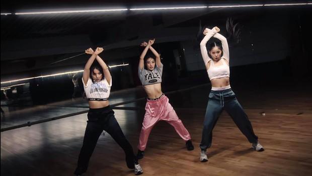 JYP tung ảnh hé lộ nhan sắc nhóm nữ mới gây thất vọng, ai ngờ quay xe đăng clip nhảy visual đẳng cấp hơn hẳn - Ảnh 11.