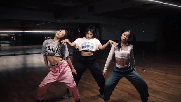 JYP tung ảnh hé lộ nhan sắc nhóm nữ mới gây thất vọng, ai ngờ quay xe đăng clip nhảy visual đẳng cấp hơn hẳn - Ảnh 12.