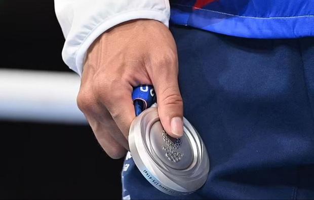 Võ sĩ vô cảm, không thèm đeo huy chương bởi chỉ về nhì tại Olympic, hành động khiến dân tình tranh cãi dữ dội - Ảnh 3.