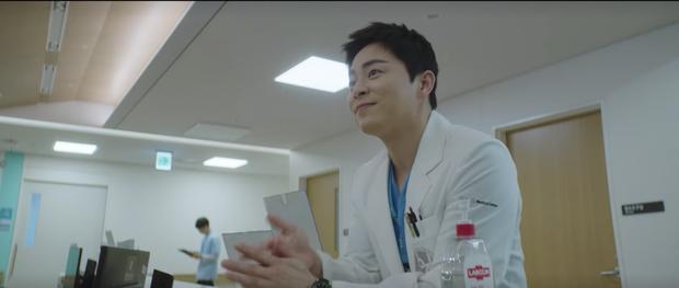 Hospital Playlist 2 tập 7: Gia đình Ik Jun - Song Hwa cắm trại tâm tình siêu ngọt, đôi Vườn Đông đụng độ biến lớn  - Ảnh 1.