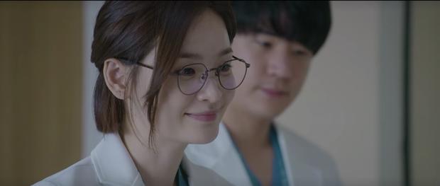 Hospital Playlist 2 tập 7: Gia đình Ik Jun - Song Hwa cắm trại tâm tình siêu ngọt, đôi Vườn Đông đụng độ biến lớn  - Ảnh 2.