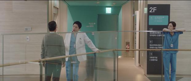 Hospital Playlist 2 tập 7: Gia đình Ik Jun - Song Hwa cắm trại tâm tình siêu ngọt, đôi Vườn Đông đụng độ biến lớn  - Ảnh 3.
