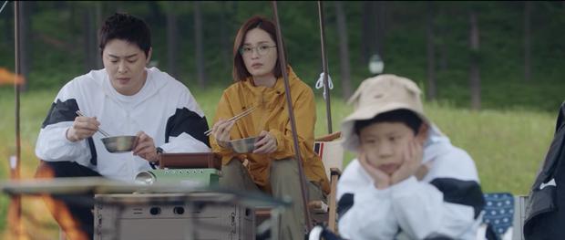 Hospital Playlist 2 tập 7: Gia đình Ik Jun - Song Hwa cắm trại tâm tình siêu ngọt, đôi Vườn Đông đụng độ biến lớn  - Ảnh 5.