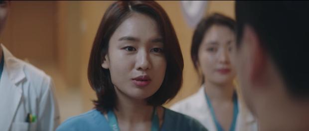 Hospital Playlist 2 tập 7: Gia đình Ik Jun - Song Hwa cắm trại tâm tình siêu ngọt, đôi Vườn Đông đụng độ biến lớn  - Ảnh 11.