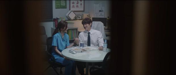 Hospital Playlist 2 tập 7: Gia đình Ik Jun - Song Hwa cắm trại tâm tình siêu ngọt, đôi Vườn Đông đụng độ biến lớn  - Ảnh 7.