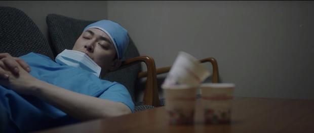 Hospital Playlist 2 tập 7: Gia đình Ik Jun - Song Hwa cắm trại tâm tình siêu ngọt, đôi Vườn Đông đụng độ biến lớn  - Ảnh 12.