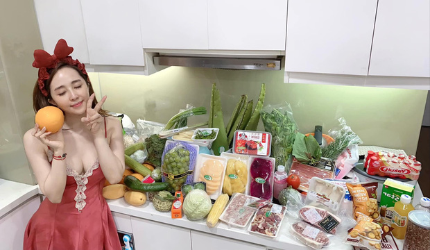 Quỳnh Nga đăng ảnh khoe hoa quả nhưng spotlight lại dồn vào toà thiên nhiên sau váy áo nàng - Ảnh 1.