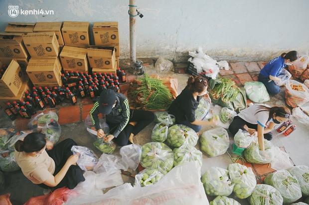 Người dân khó khăn ở Sài Gòn gọi điện, nhóm bạn trẻ liền đi từng ngõ, gõ cửa từng nhà để tặng rau củ, sữa tươi - Ảnh 2.