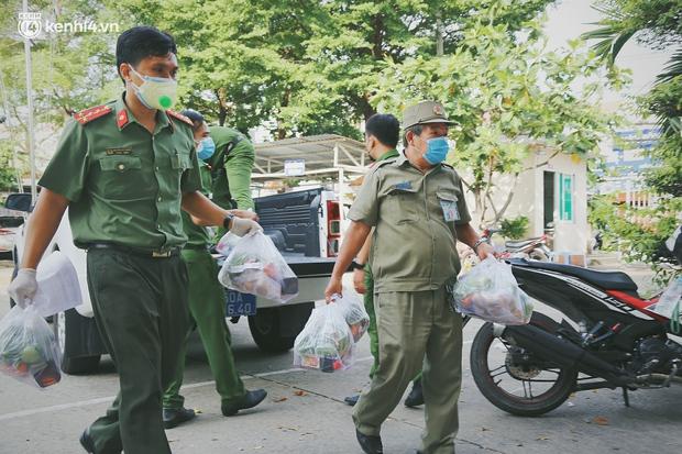 Người dân khó khăn ở Sài Gòn gọi điện, nhóm bạn trẻ liền đi từng ngõ, gõ cửa từng nhà để tặng rau củ, sữa tươi - Ảnh 5.