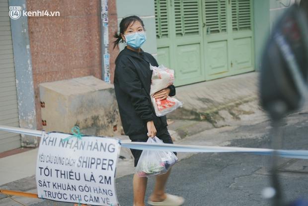 Người dân khó khăn ở Sài Gòn gọi điện, nhóm bạn trẻ liền đi từng ngõ, gõ cửa từng nhà để tặng rau củ, sữa tươi - Ảnh 9.
