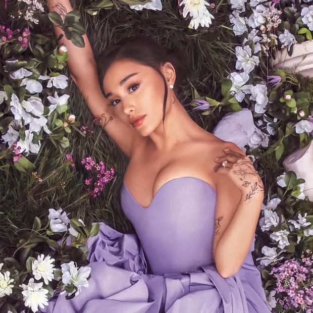 Ariana Grande gây sốc nhẹ vì vòng 1 bỗng dưng nảy nở, ai ngờ giờ bị chính fandom lật tẩy - Ảnh 1.