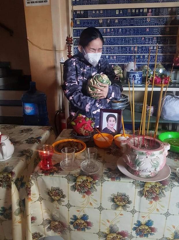 Nhói lòng trước hình ảnh Bình Tinh khóc nức nở nhận tro cốt của NS Kim Phượng vừa qua đời vì mắc Covid-19 - Ảnh 3.
