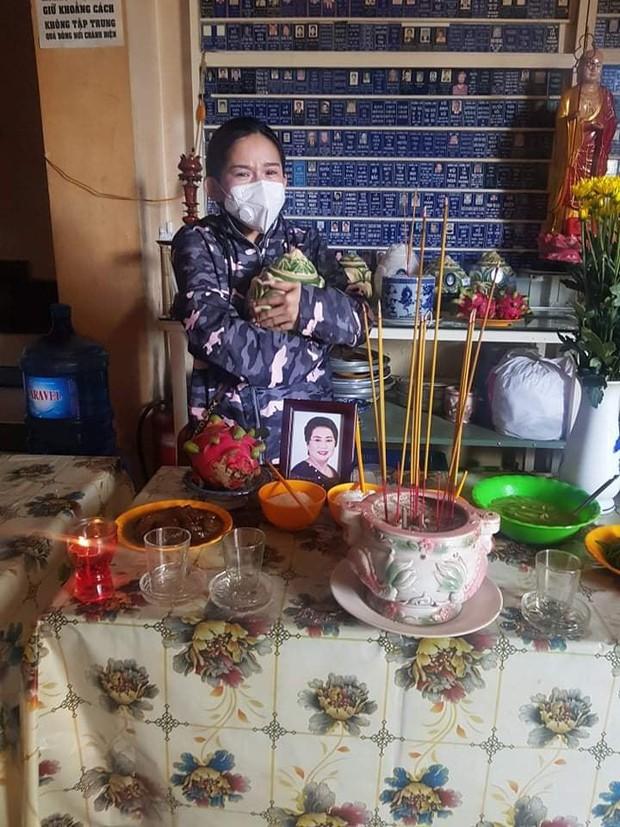 Nhói lòng trước hình ảnh Bình Tinh khóc nức nở nhận tro cốt của NS Kim Phượng vừa qua đời vì mắc Covid-19 - Ảnh 2.