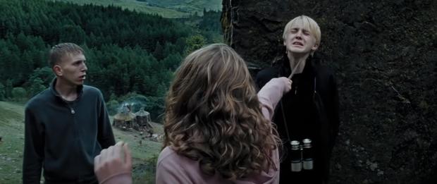 Chiếc bóng bí ẩn lấp ló ở Harry Potter sau 17 năm mới nhìn ra, nghe fan cứng suy luận mới thấy đoàn phim điên rồi? - Ảnh 2.
