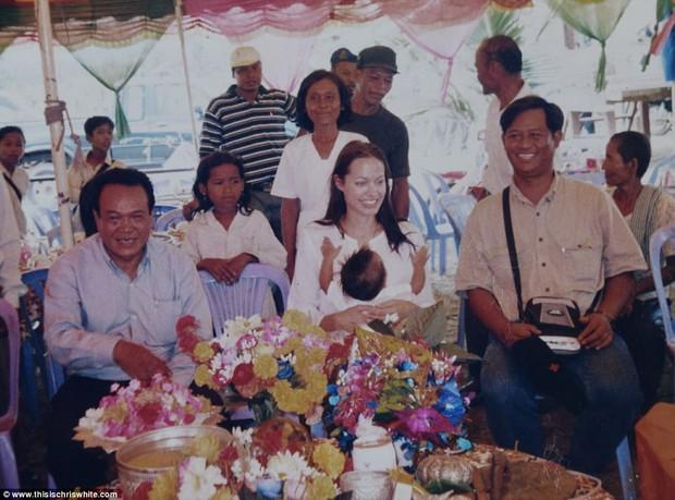 Lần đầu hé lộ lý do Angelina Jolie nhận nuôi Maddox 20 năm trước: Chỉ nhờ 1 hành động, cậu bé người Campuchia đã đổi đời - Ảnh 4.