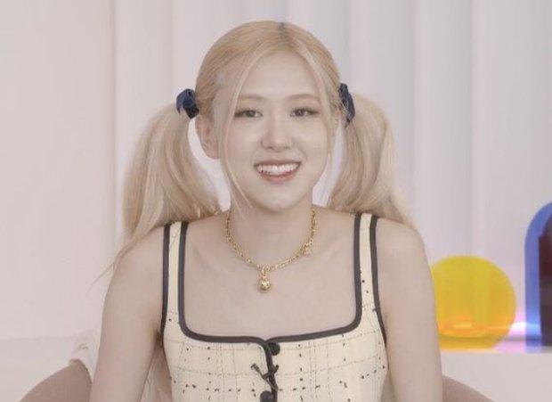 Lisa mọc sừng với tạo hình mới hậu quay MV solo, Rosé muốn chui lại vào bụng mẹ nếu được quay về quá khứ? - Ảnh 3.