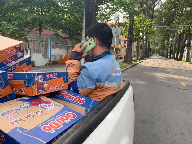 TP.HCM: Shipper chạy xe vi phạm quy định quỳ xuống xin tha giữa phố khiến nhiều người tranh cãi - Ảnh 2.