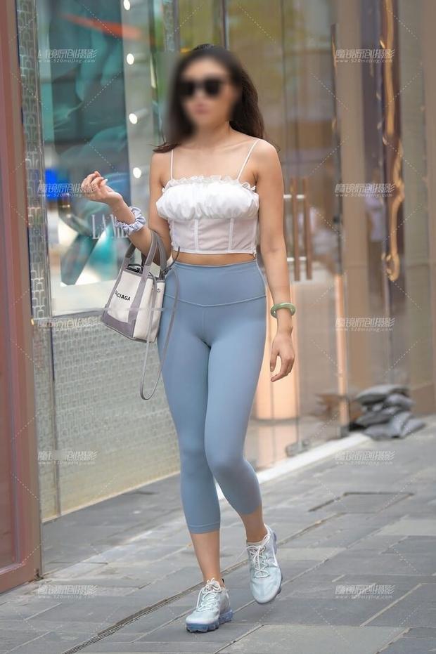 2021 rồi, làm ơn đừng mặc quần tập với áo ngắn cũn ra đường nữa các nàng ơi! - Ảnh 1.