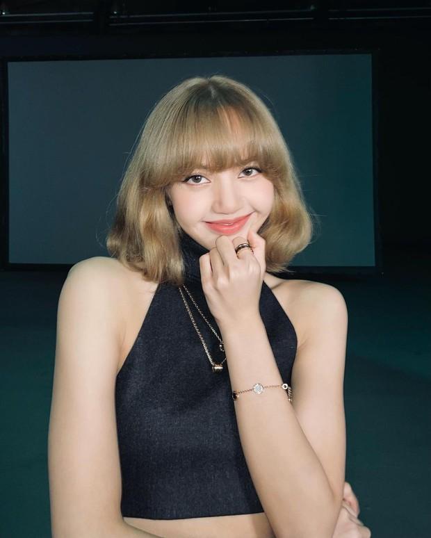 Giữa đêm Lisa (BLACKPINK) tự tung luôn ảnh tóc mới: Cực tây tôn lên gương mặt như búp bê, xinh đến mức xỉu ngang xỉu dọc - Ảnh 4.