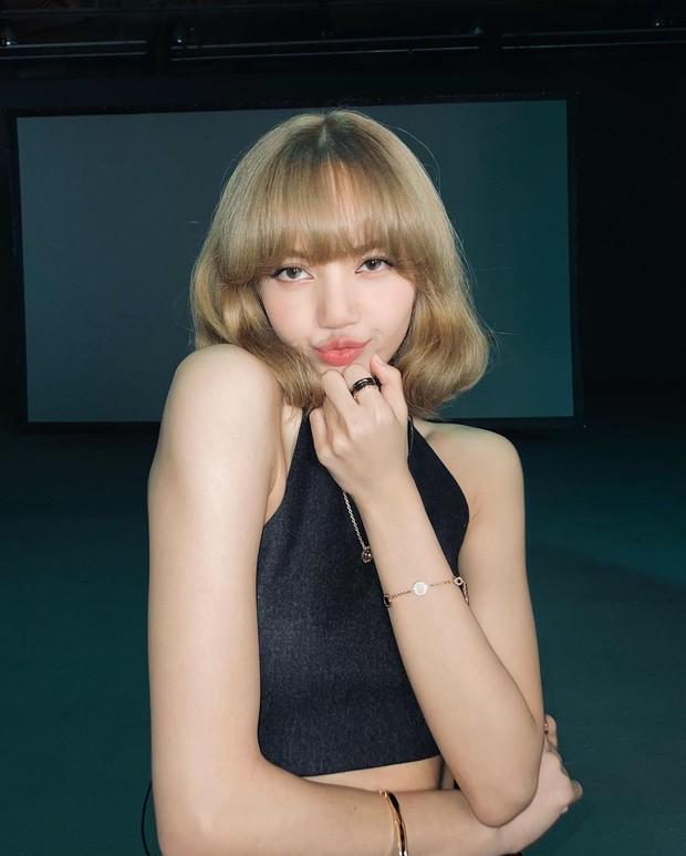 Giữa đêm Lisa (BLACKPINK) tự tung luôn ảnh tóc mới: Cực tây tôn lên gương mặt như búp bê, xinh đến mức xỉu ngang xỉu dọc - Ảnh 6.