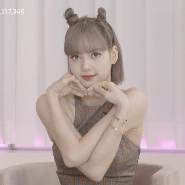 Lisa mọc sừng với tạo hình mới hậu quay MV solo, Rosé muốn chui lại vào bụng mẹ nếu được quay về quá khứ? - Ảnh 2.