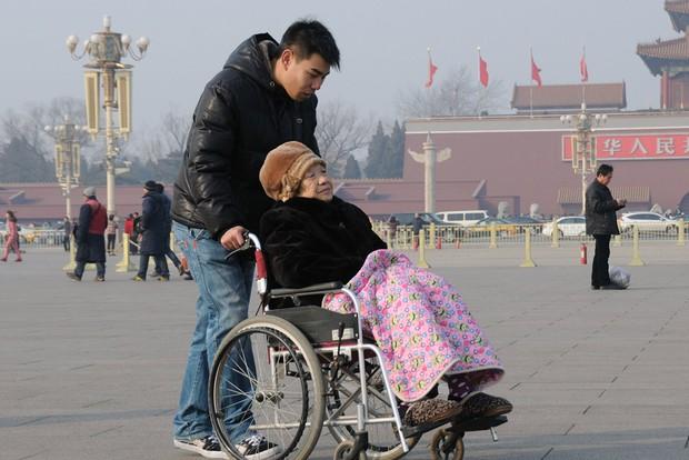Nỗi niềm chưa kể của Gen Y Trung Quốc: Thế hệ một thân một mình cõng cha, gánh mẹ vì khủng hoảng tuổi tác mà không thể than trách hay chia sẻ - Ảnh 3.