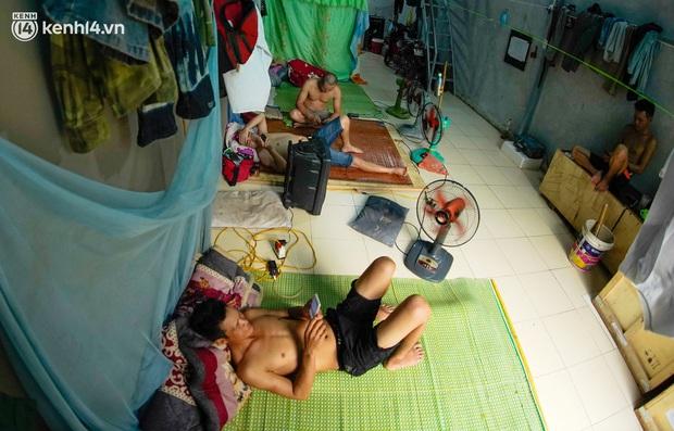 Những công nhân xây dựng mắc kẹt trong các phòng trọ chật hẹp ở Hà Nội: Chỉ biết làm bạn với bức tường, ăn mì tôm qua ngày - Ảnh 7.