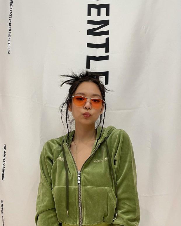 Chụp ảnh quảng cáo ở nhà kiểu Jennie: 1 mảng phông nền 1 bộ nỉ và visual mlem là đủ gây bão, còn xếp bố cục nghệ như tạp chí - Ảnh 2.