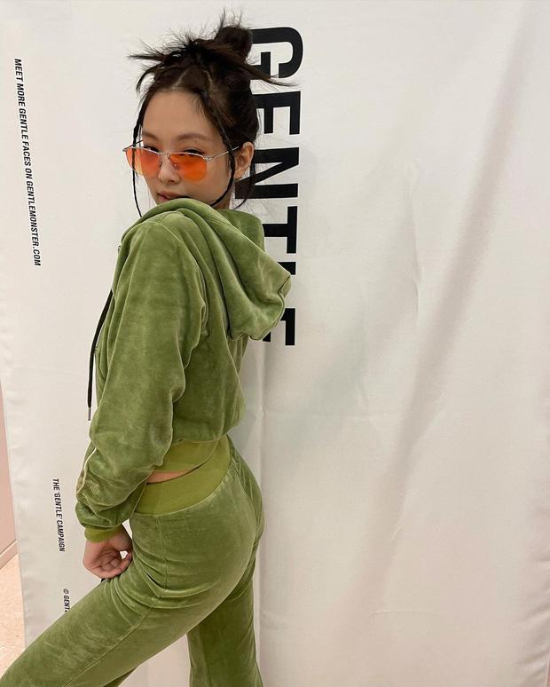 Chụp ảnh quảng cáo ở nhà kiểu Jennie: 1 mảng phông nền 1 bộ nỉ và visual mlem là đủ gây bão, còn xếp bố cục nghệ như tạp chí - Ảnh 5.
