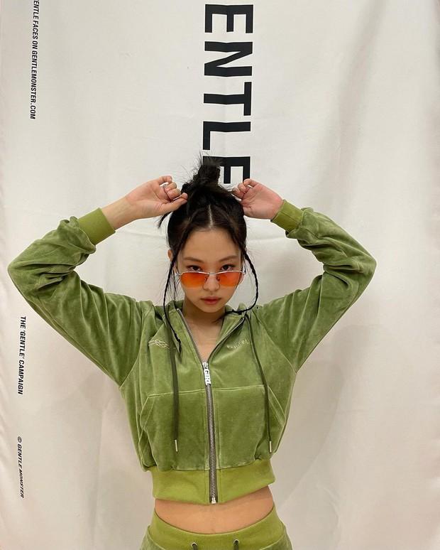 Chụp ảnh quảng cáo ở nhà kiểu Jennie: 1 mảng phông nền 1 bộ nỉ và visual mlem là đủ gây bão, còn xếp bố cục nghệ như tạp chí - Ảnh 3.