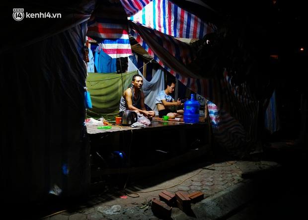 Những công nhân xây dựng mắc kẹt trong các phòng trọ chật hẹp ở Hà Nội: Chỉ biết làm bạn với bức tường, ăn mì tôm qua ngày - Ảnh 8.
