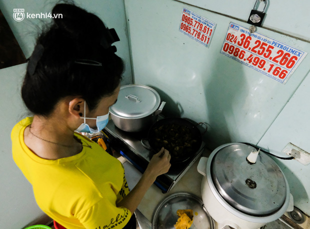 Những công nhân xây dựng mắc kẹt trong các phòng trọ chật hẹp ở Hà Nội: Chỉ biết làm bạn với bức tường, ăn mì tôm qua ngày - Ảnh 3.